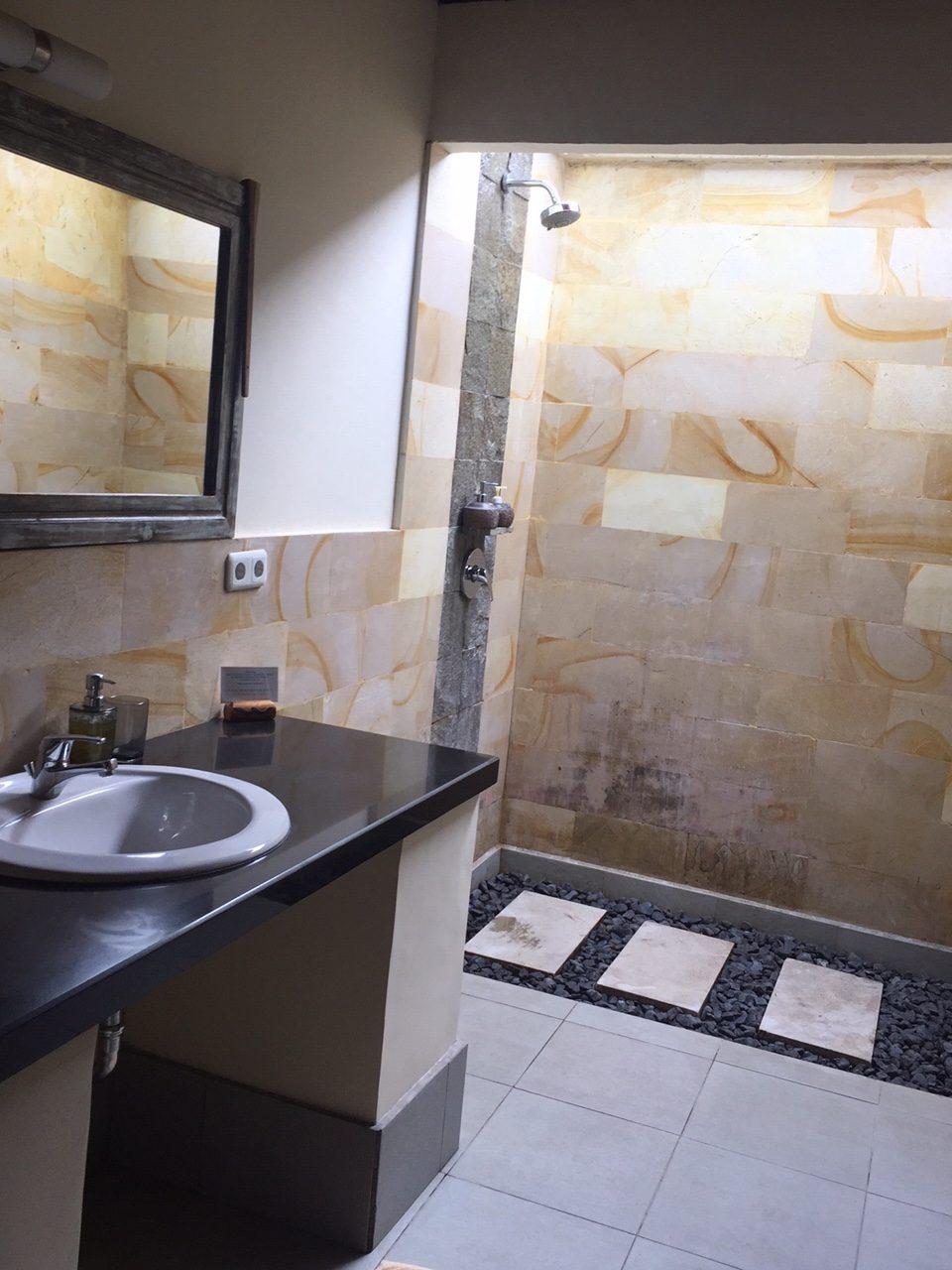 Manta Dive bathroom