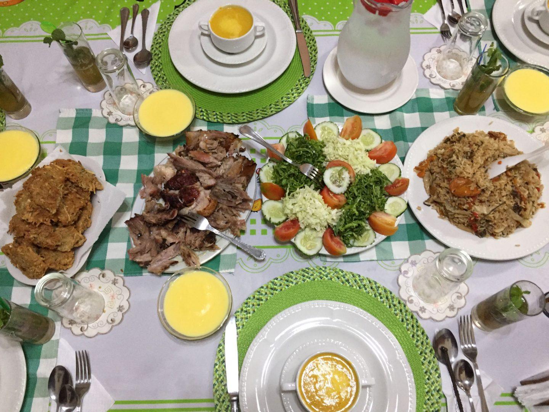 Un souper typique cubain, le porc et le poulet sont à l'honneur.
