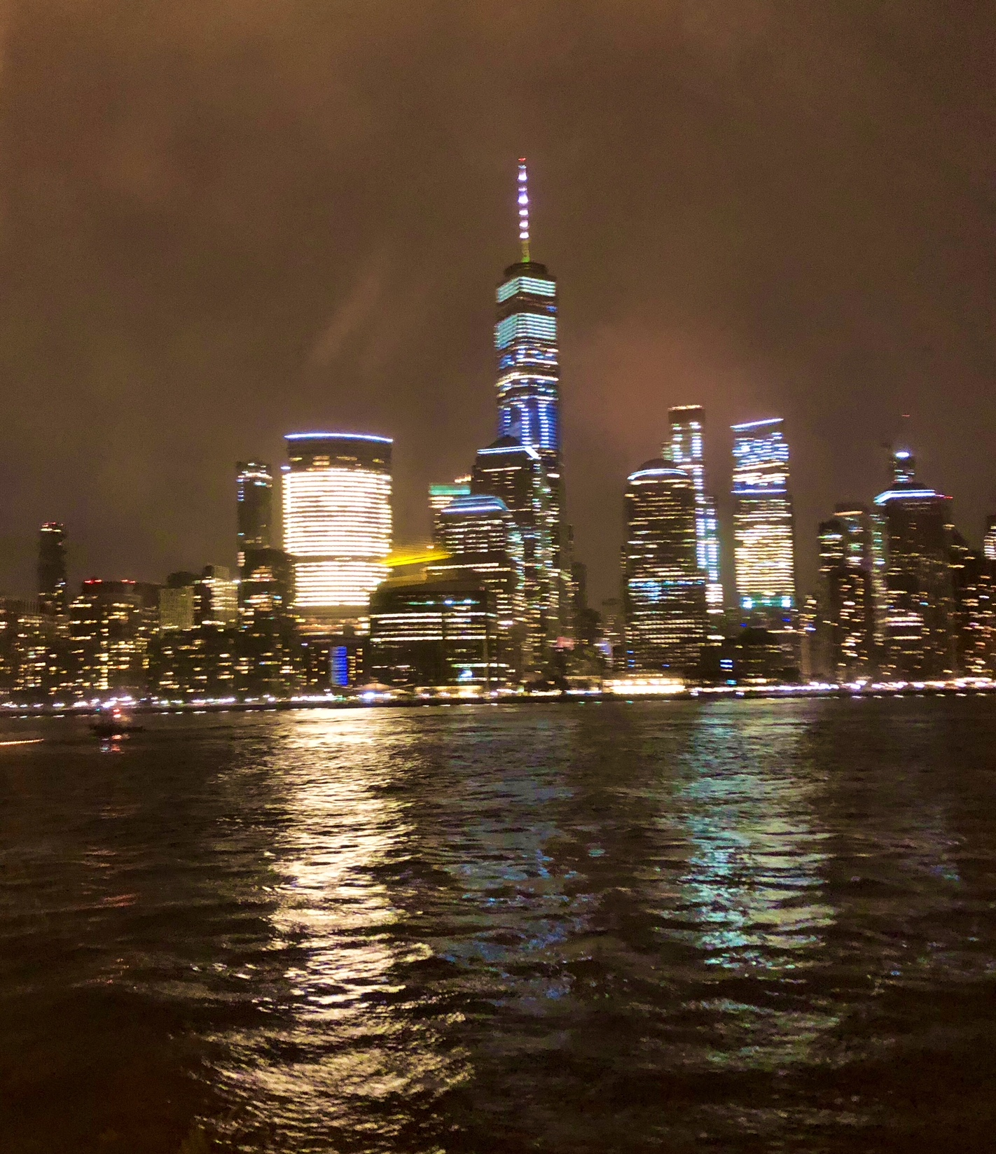 Vue de Manhattan de nuit en croisière