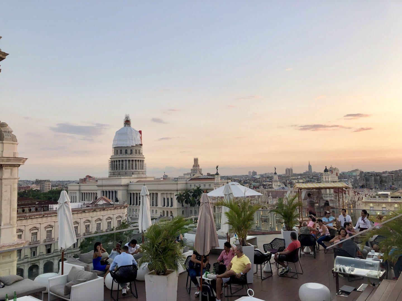 Un hôtel contemporain avec un rooftop chic au Manzana !