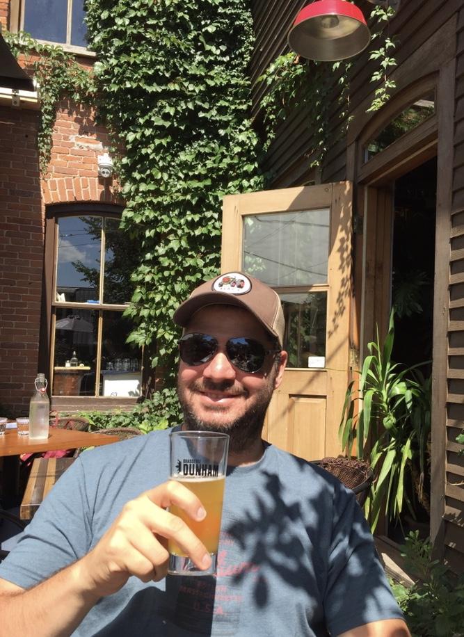 Jean-François, notre passionné et expert en bière, sur sa terrasse préféré